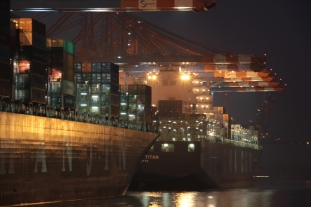 Hamburg Hafen - Containership in night